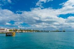 ISLA MUJERES, МЕКСИКА, 10-ОЕ ЯНВАРЯ 2018: Красивый внешний взгляд некоторых зданий в horizont в пляже Isla Стоковое Фото