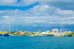 ISLA MUJERES, МЕКСИКА, 10-ОЕ ЯНВАРЯ 2018: Красивый внешний взгляд некоторых зданий в horizont в пляже Isla Стоковые Фотографии RF