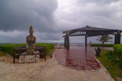 ISLA MUJERES, cancun MÉXICO - 20 de fevereiro de 2019: Escultura nativa pelo mar das caraíbas, símbolo da mulher de Isla Mujeres, imagens de stock