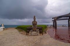 ISLA MUJERES, Cancun MEXIKO - 20. Februar 2019: Einheimische Frauenskulptur durch das karibische Meer, Symbol von Isla Mujeres, F lizenzfreie stockfotografie