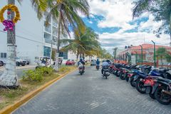 ISLA MUJERES - 10 GENNAIO 2018: Il punto di vista all'aperto di alcuni cavalieri con alcuni motocicli ha parcheggiato in una fila Fotografia Stock Libera da Diritti