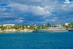 ISLA MUJERES, MEXICO, JANUARI 10, 2018: Härlig utomhus- sikt av det militära skeppet med några byggnader i horizonten in Royaltyfri Foto