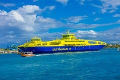 ISLA MUJERES, MEXIQUE, LE 10 JANVIER 2018 : La vue extérieure du bateau énorme de la navigation bleue et jaune de couleur dans le Photos libres de droits