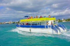 ISLA MUJERES, MEXIQUE, LE 10 JANVIER 2018 : Personnes non identifiées appréciant la vue d'Isla Mujeres, dans un bateau énorme de Image stock
