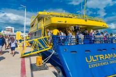ISLA MUJERES, MEXIQUE, LE 10 JANVIER 2018 : Personnes non identifiées montant à bord d'un bateau énorme de couleur bleu et jaune  Images libres de droits