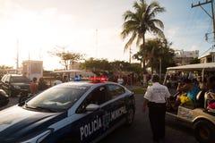 ISLA MUJERES, QR, ΜΕΞΙΚΌ - 11 ΦΕΒΡΟΥΑΡΊΟΥ 2018: Η δημοτική αστυνομία κρατά το ρολόι πέρα από ένα τοπικό φεστιβάλ που εμφανιζόταν  στοκ εικόνες