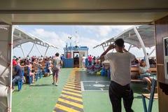ISLA MUJERES, QR, MÉXICO - 11 DE FEBRERO DE 2018: La cubierta apretada de un transbordador que dirige a Isla Mujeres imagenes de archivo