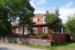 Isla Oeland de Suecia: casa de madera roja típica Fotos de archivo