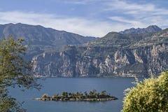 Isla Olivo y lago Garda Foto de archivo libre de regalías