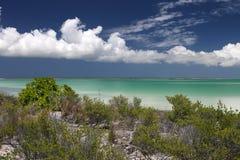 Isla pacífica en laguna del agua de la turquesa Fotografía de archivo libre de regalías