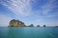 Isla pedregosa, provincia de Trang, Tailandia Imagen de archivo libre de regalías