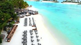 Isla que sorprende en los Maldivas, las aguas hermosas de la turquesa y la playa arenosa blanca con el fondo del cielo azul para  metrajes