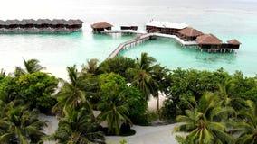 Isla que sorprende en los Maldivas, las aguas hermosas de la turquesa y la playa arenosa blanca con el fondo del cielo azul para  almacen de metraje de vídeo