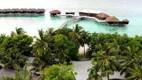 Isla que sorprende en los Maldivas, las aguas hermosas de la turquesa y la playa arenosa blanca con el fondo del cielo azul para  almacen de video