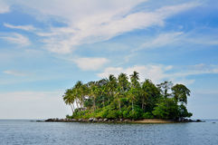 Isla remota tropical en el océano Foto de archivo libre de regalías