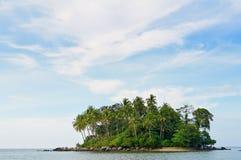 Isla remota tropical en el océano Fotos de archivo libres de regalías