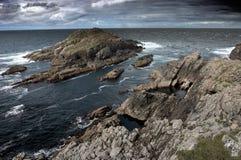 Isla rocosa cerca de la costa de Escocia Imagenes de archivo