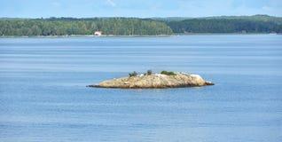 Isla rocosa en el mar Báltico Foto de archivo libre de regalías