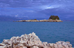 Isla rocosa en el mar jónico Imágenes de archivo libres de regalías