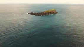 Isla rocosa en el océano metrajes