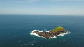 Isla rocosa en el océano almacen de video