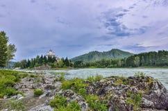 Isla rocosa en el río Katun Rusia de la montaña - el verano aterriza Imagen de archivo libre de regalías