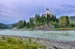 Isla rocosa en el río Katun Rusia de la montaña - el verano aterriza Foto de archivo