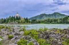 Isla rocosa en el río Katun Rusia de la montaña - el verano aterriza Imágenes de archivo libres de regalías
