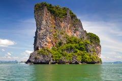 Isla rocosa en parque nacional en la bahía de Phang Nga Foto de archivo libre de regalías