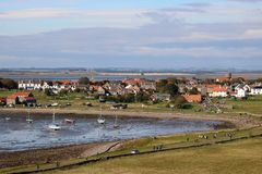 Isla santa del pueblo de Lindisfarne, Northumberland Reino Unido foto de archivo libre de regalías