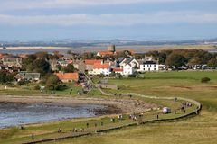 Isla santa del pueblo de Lindisfarne, Northumberland Reino Unido imagenes de archivo