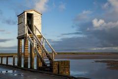 Isla santa, terraplén Refugio de la seguridad northumberland inglaterra Reino Unido Imagen de archivo libre de regalías