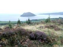 Isla santa vista de las colinas de Brodick fotografía de archivo