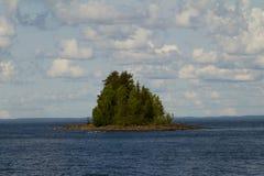 Isla septentrional en el mar Imagenes de archivo
