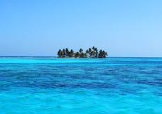 Isla solitaria en el océano Foto de archivo