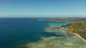 Isla tropical con la laguna azul almacen de metraje de vídeo