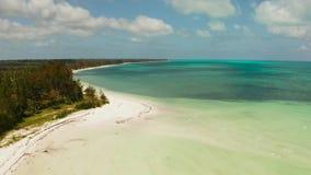 Isla tropical con la playa arenosa Balabac, Palawan, Filipinas metrajes