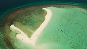 Isla tropical con la playa arenosa Camiguin, Filipinas almacen de metraje de vídeo