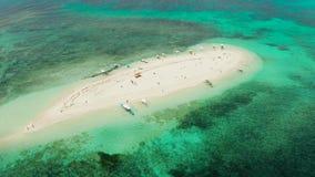 Isla tropical con la playa arenosa Camiguin, Filipinas almacen de video