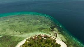 Isla tropical con la playa arenosa Isla de Mantique, Filipinas metrajes