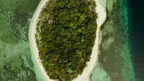 Isla tropical con la playa arenosa Isla de Mantique, Filipinas almacen de video