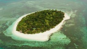 Isla tropical con la playa arenosa Isla de Mantique, Filipinas almacen de metraje de vídeo