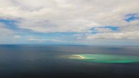 Isla tropical con la playa arenosa, lapso de tiempo Camiguin, Filipinas metrajes