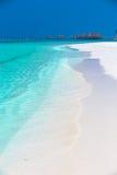 Isla tropical con la playa arenosa, palmeras, casa de planta baja del overwater Fotos de archivo