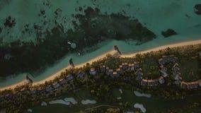 Isla tropical con las casas en la costa, visión aérea almacen de metraje de vídeo