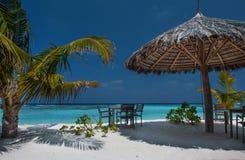 Isla tropical con las palmeras y la playa vibrante asombrosa en Maldivas Parasol blanco en el atolón romántico tropical de Maldiv Imagen de archivo