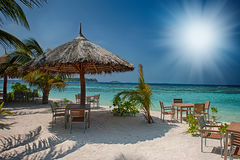 Isla tropical con las palmeras y la playa vibrante asombrosa en Maldivas Parasol blanco en el atolón romántico tropical de Maldiv Imagenes de archivo