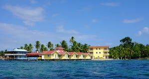 Isla tropical con los alojamientos del frente de océano en el Caribe, del Toro de Bocas en Panamá Foto de archivo libre de regalías