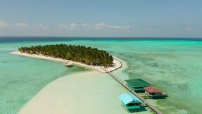 Isla tropical con una playa en el atolón Isla Balabac, Filipinas de Onok almacen de metraje de vídeo