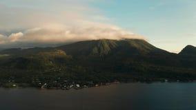 Isla tropical cubierta con las nubes, Filipinas, Camiguin metrajes